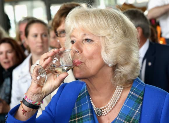 Camilla Parker-Bowles nippt an ihrem Champagner