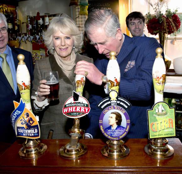 Camilla und Prinz Charles zapfen sich ein Bier