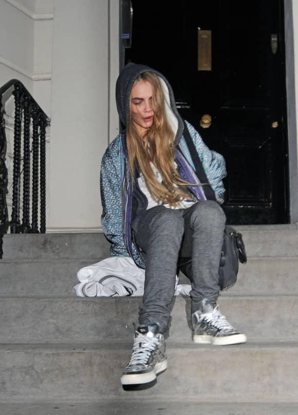 Cara Delevingne rutscht auf der Treppe aus