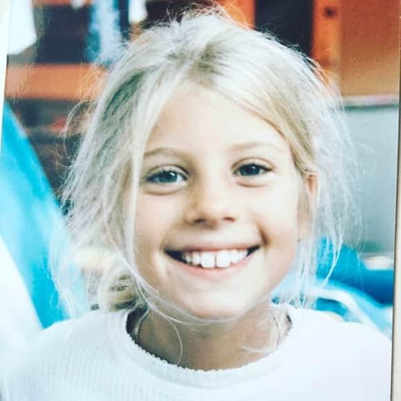 Cathy Hummels als kleines Kind mit blonden Haaren