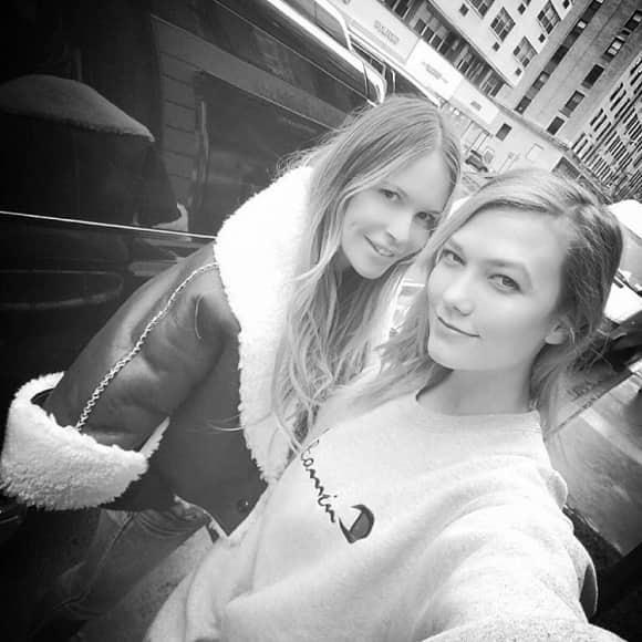 Model Elle MacPherson und Karlie Kloss zeigen sich ohne Make-up