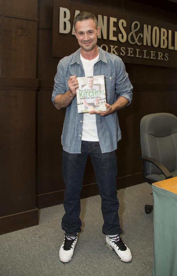 """""""Ich weiß was du letzten Sommer getan hast""""-Schauspieler Freddie Prinze Jr. brachte sein neues Kochbuch raus"""