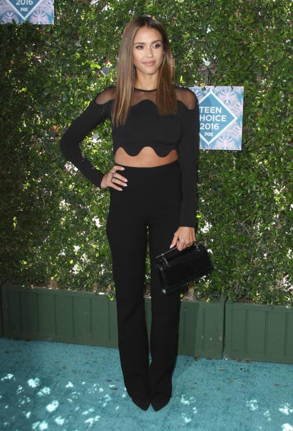Jessica Alba schwarzes Outfit auf den Teen Choice Awards 2016
