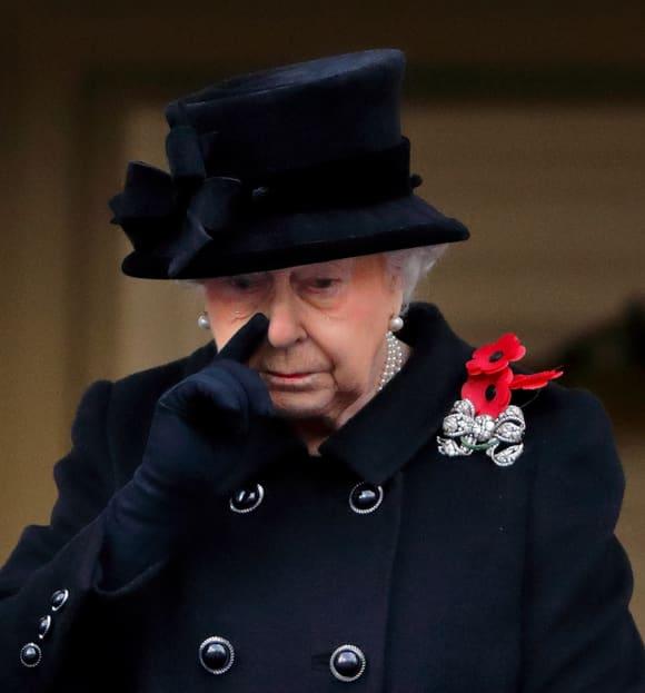 Queen Königin Elisabeth weint