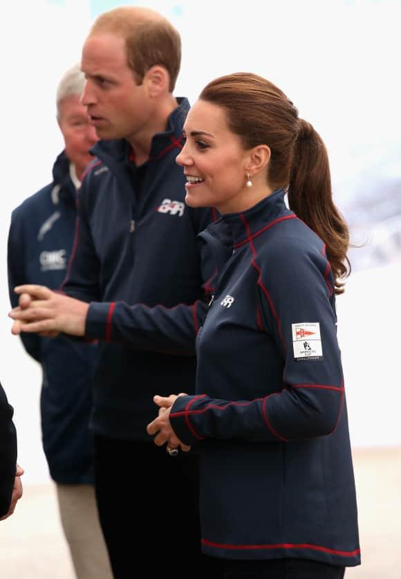 Kate Middleton und Prinz William im Gespräch mit den Segelteams