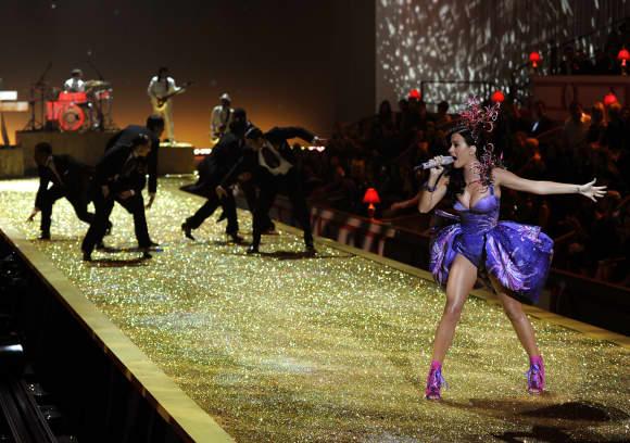 Katy Perry in Unterwäsche auf der Bühne Konzert