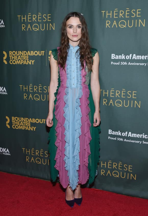 Keira Knightley in einem farbenfrohen Kleid