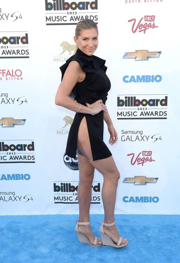 Kesha im schicken Kleid aber dafür ohne Höschen bei den Billboard Awards
