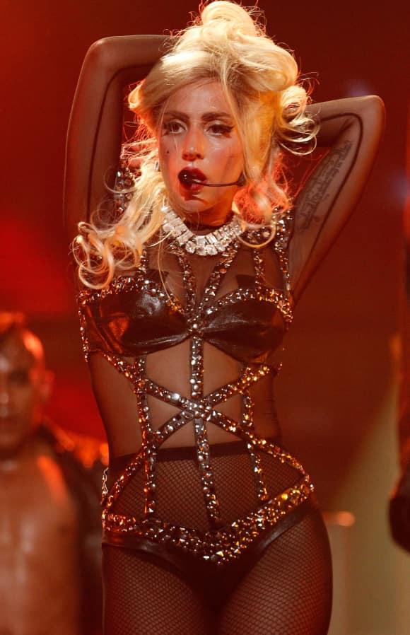 Lady Gaga in Unterwäsche auf der Bühne Konzert