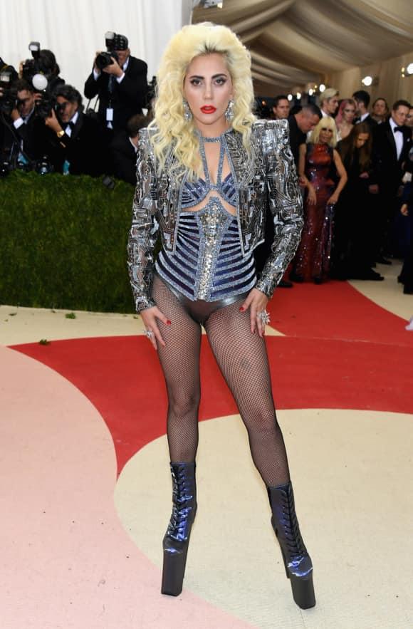 """Lady Gaga bei """"Manus x Machina Fashion In An Age Of Technology"""" - Kostüm Event in New York. Sie erscheint in Netzstrumpfhose"""