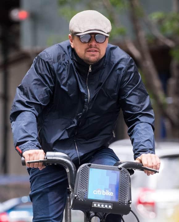 Schauspieler Leonardo DiCaprio auf dem Fahrrad