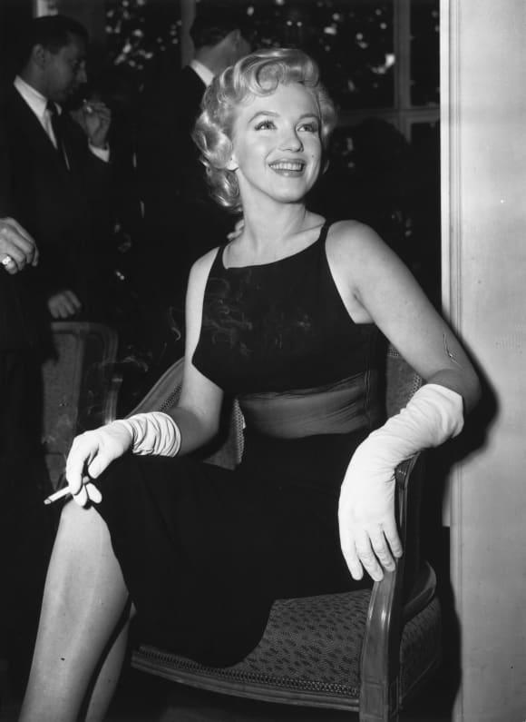 """Die amerikanische Filmschauspielerin Marilyn Monroe (1926-1962) hat auf einer Pressekonferenz im Savoy Hotel in London ihren bevorstehenden Film """"The Prince and the Showgirl"""" veröffentlicht."""