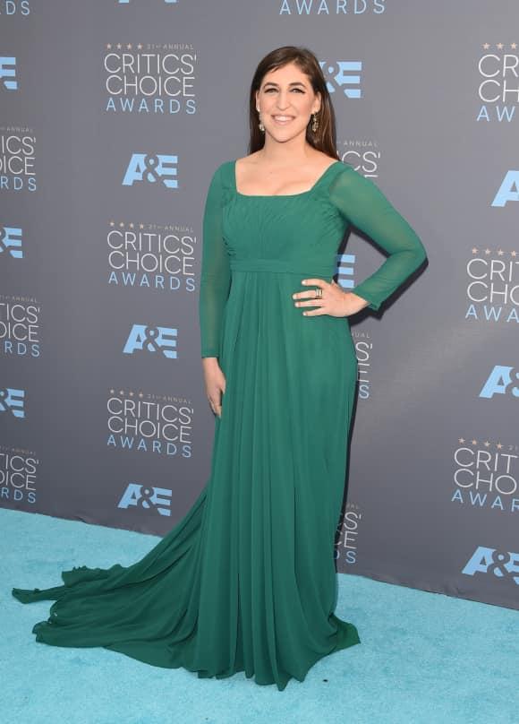 TBBT-Star Mayim Bialik auf dem Red Carpet der Critics' Choice Awards 2016