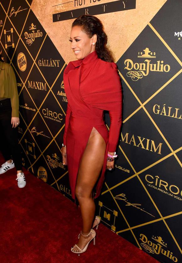 Mel B zeigt viel Bein unter einem hochgeschlossene roten Kleid