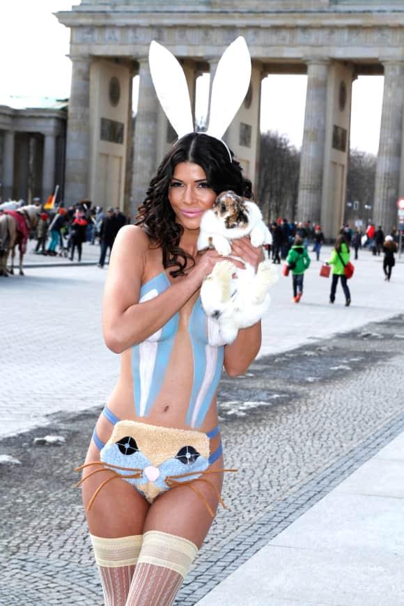 Micaela Schäfer im Bunny-Kostüm vor dem Brandenburger Tor