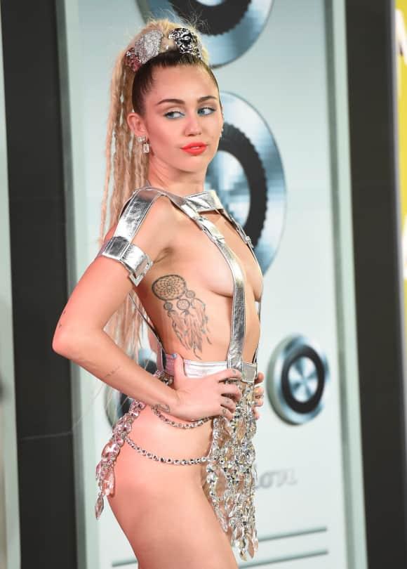 Miley Cyrus ohne Unterwäsche dafür mit Kristallen behängt bei den MTV Music Awards 2015