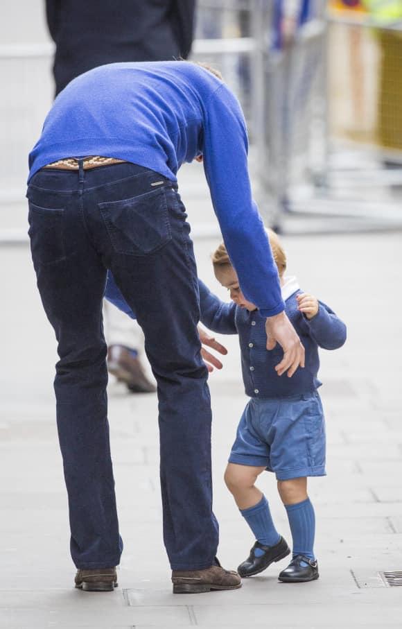 Prinz William und Prinz George auf dem Weg ins Krankenhaus Geburt des Royal Babys