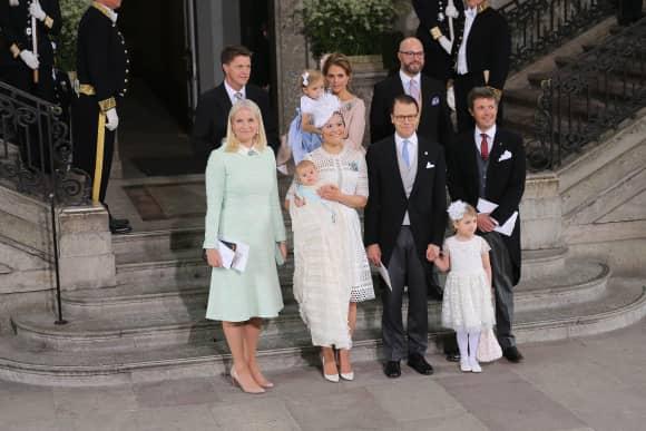 Prinz Oscar und seine Taufpaten: Frederik von Dänemark, Prinzessin Mette-Marit von Norwegen, Prinzessin Madeleine, Oscar Magnuson und Hans Åström im Drottningholm Palast