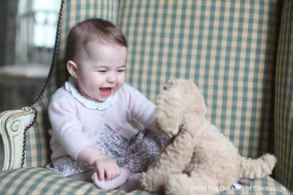 Prinzessin Charlotte spielt mit einem Plüschhund