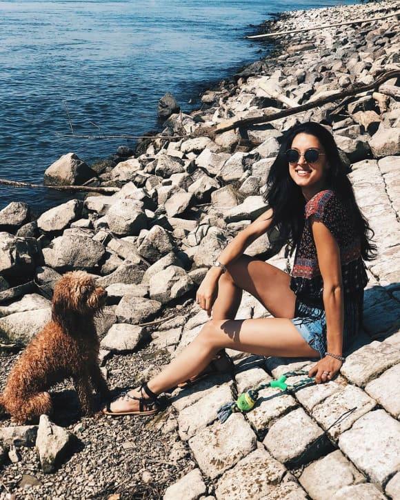 Rebecca Mir mit ihrem Hund Macchia
