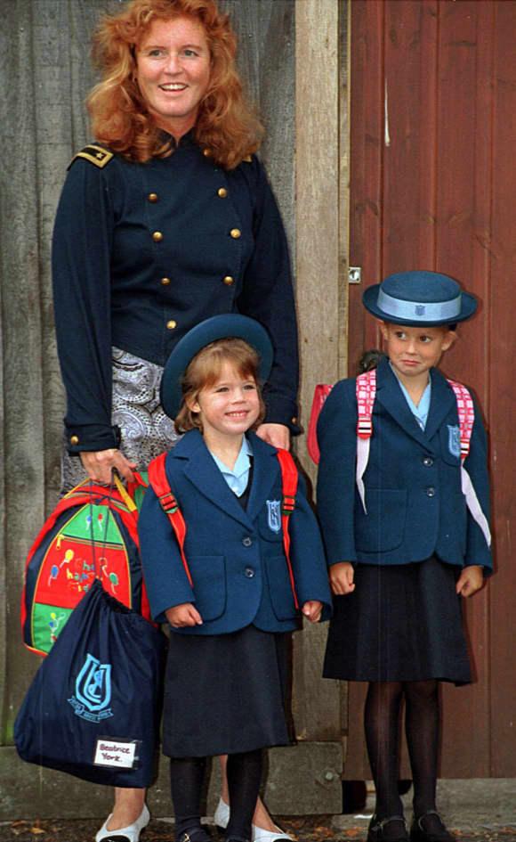 Prinzessin Eugenies bei ihrem ersten Schultag gemeinsam mit Mama Sarah Ferguson und Schwester Prinzessin Beatrice