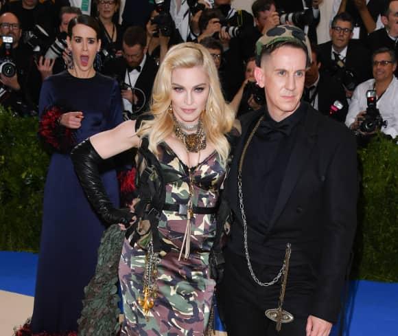 Sarah Paulson hinter Madonna nebst Jeremy Scott auf der Met-Gala 2017
