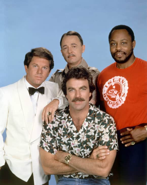 "Larry Manetti, Tom Selleck, John Hillerman und Roger E. Mosley in der Serie ""Magnum"" (1980-1988)"