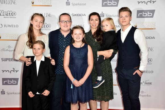 Angelo Kelly mit seiner Ehefrau Kira Harms Kelly und den Kindern Helen, Joseph, Mary Emma, William Emanuel und Gabiel Kelly