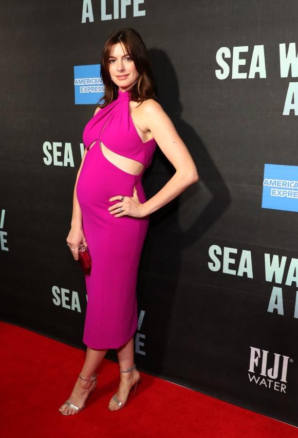 Anne Hathaway zeigt ihren Babybauch