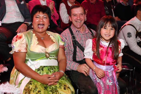 """""""Bauer sucht Frau"""": Alle Babys, die durch die Show entstanden sind (im Bild: Narumol und Josef, sowie ihre Tochter Jorafina)"""