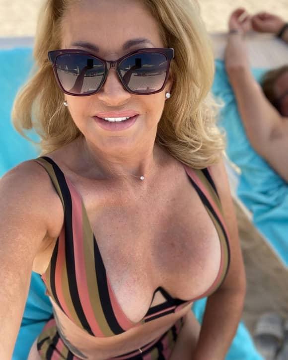 Carmen Geiss zeigt sich im Bikini am Pool