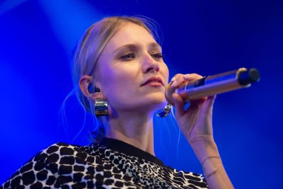 Carolin Niemczyk Glasperlenspiel CZYK Musik Solo
