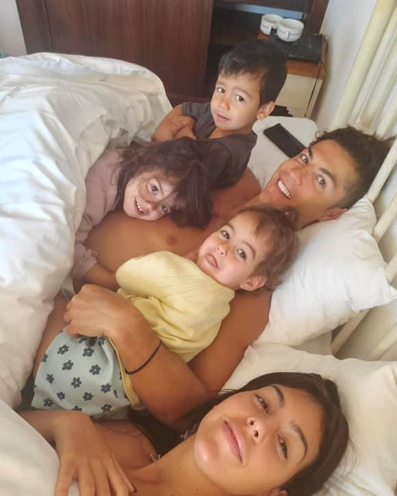Cristiano Ronaldo mit seiner Freundin Georgina und seinen Kindern