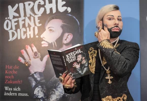 """Harald Glööckler bei der Präsentation seines Buchs """"Kirche öffne dich"""" im September 2018"""
