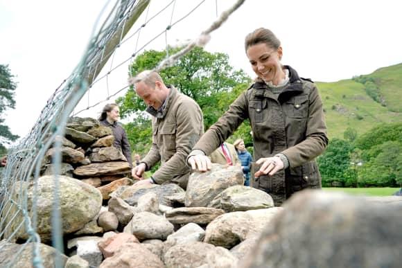 Herzogin Kate und Prinz William helfen beim Wiederaufbau einer Steinmauer
