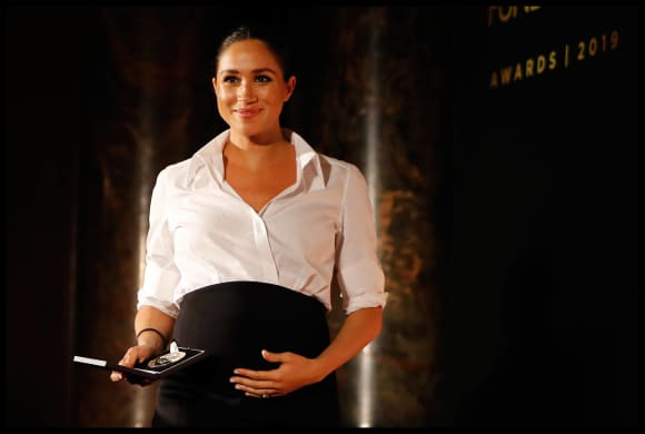 Herzogin Meghan übergibt schwanger einen Award