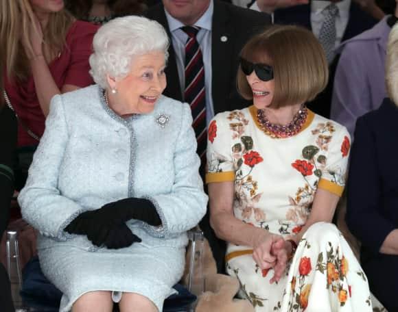 Königin Elizabeth II. und Anna Wintour Front Row auf der Londoner Fashion Week