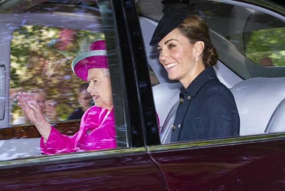 Königin Elisabeth und Herzogin Kate auf dem Weg zur Kirche
