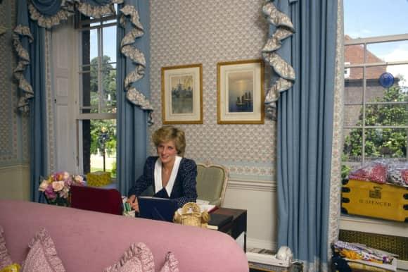 Lady Diana im Wohnzimmer des Kensington Palasts, wo sie an ihrem Schreibtisch sitzt