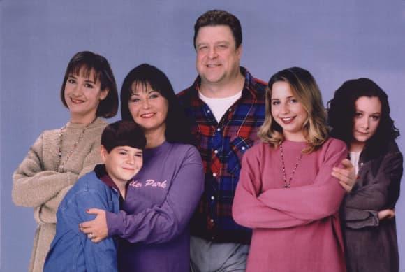"""Der """"Roseanne""""-Cast im Jahr 1996 bestehend aus Laurie Metcalf, Roseanne Bar, Michael Fishman, John Goodman, Alicia Goranson, Sara Gilbert"""