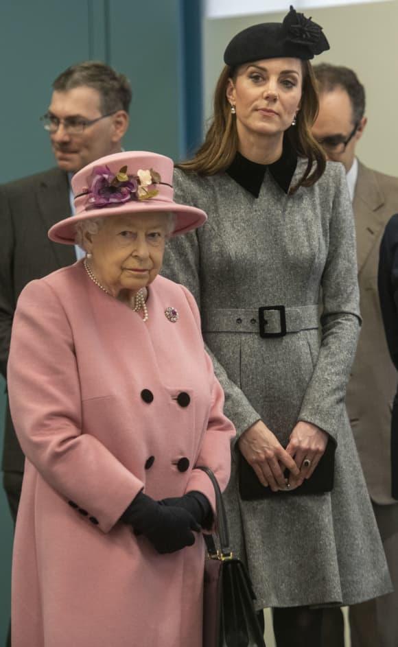 Beim Auftritt mit Queen Elisabeth II. trug Herzogin Kate noch ihren Hut